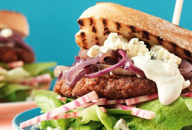 BBQ recept: dubbeldoelkoe burger met biet en blauwe kaas