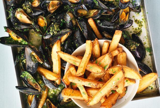 BBQ recept: kruidige mosselen met frites en zeewierzout
