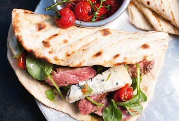BBQ recept: platte broodjes met ribeye en gorgonzola