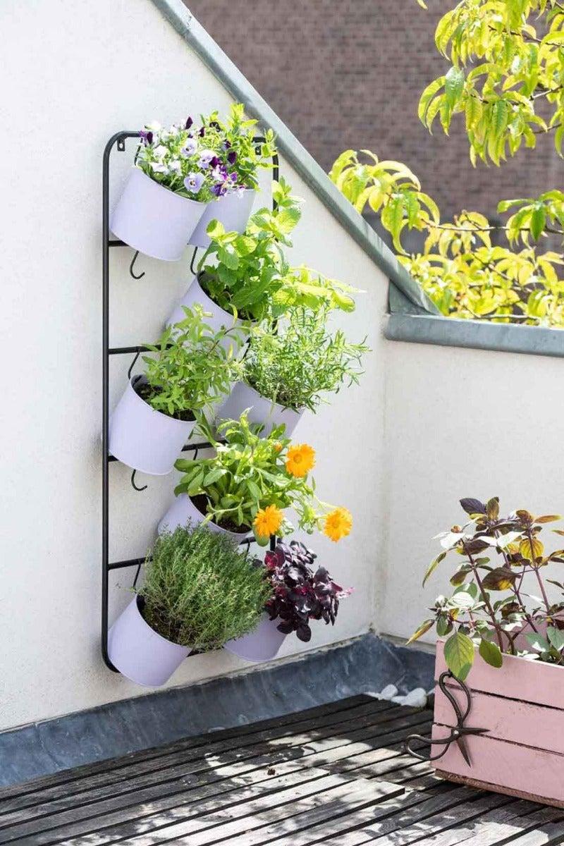 Een verticaal plantenrek om meer ruimte te creëren in een kleine buitenruimte