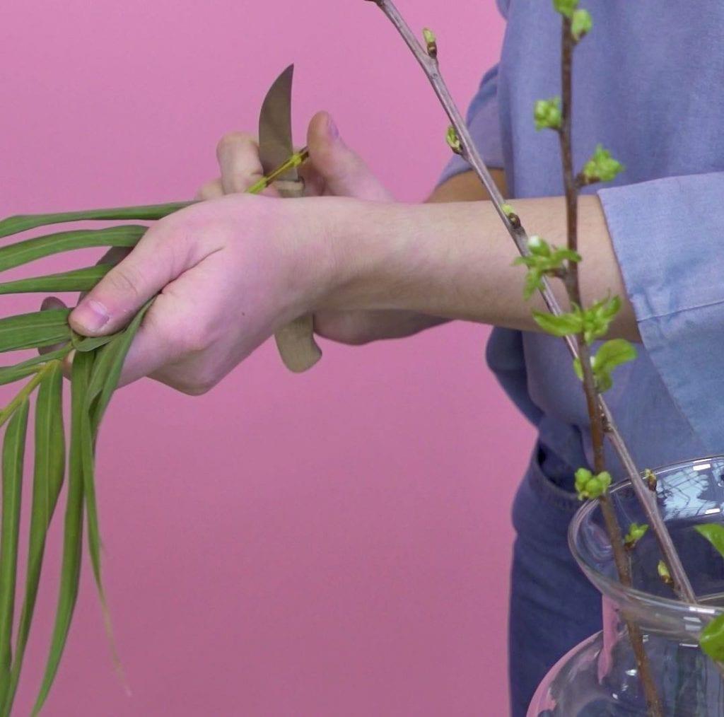 DIY boeket schikken, stap 2: Bloemen schuin afknippen