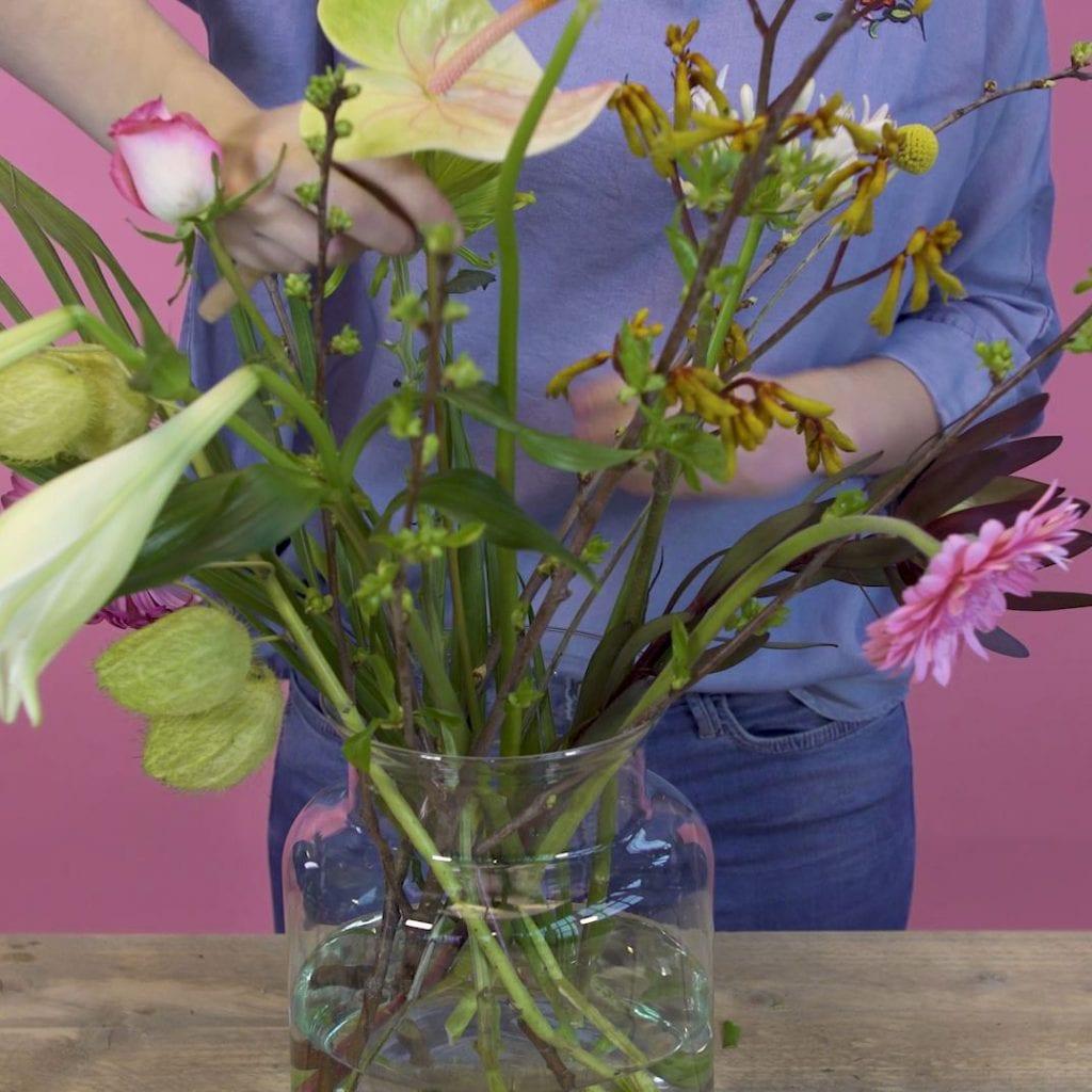 DIY boeket schikken, stap 4: Bloemen steken