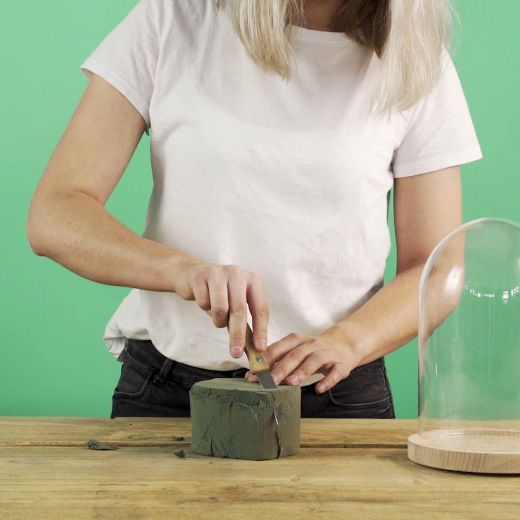 DIY Droogbloemen onder een stolp, steekschuim snijden