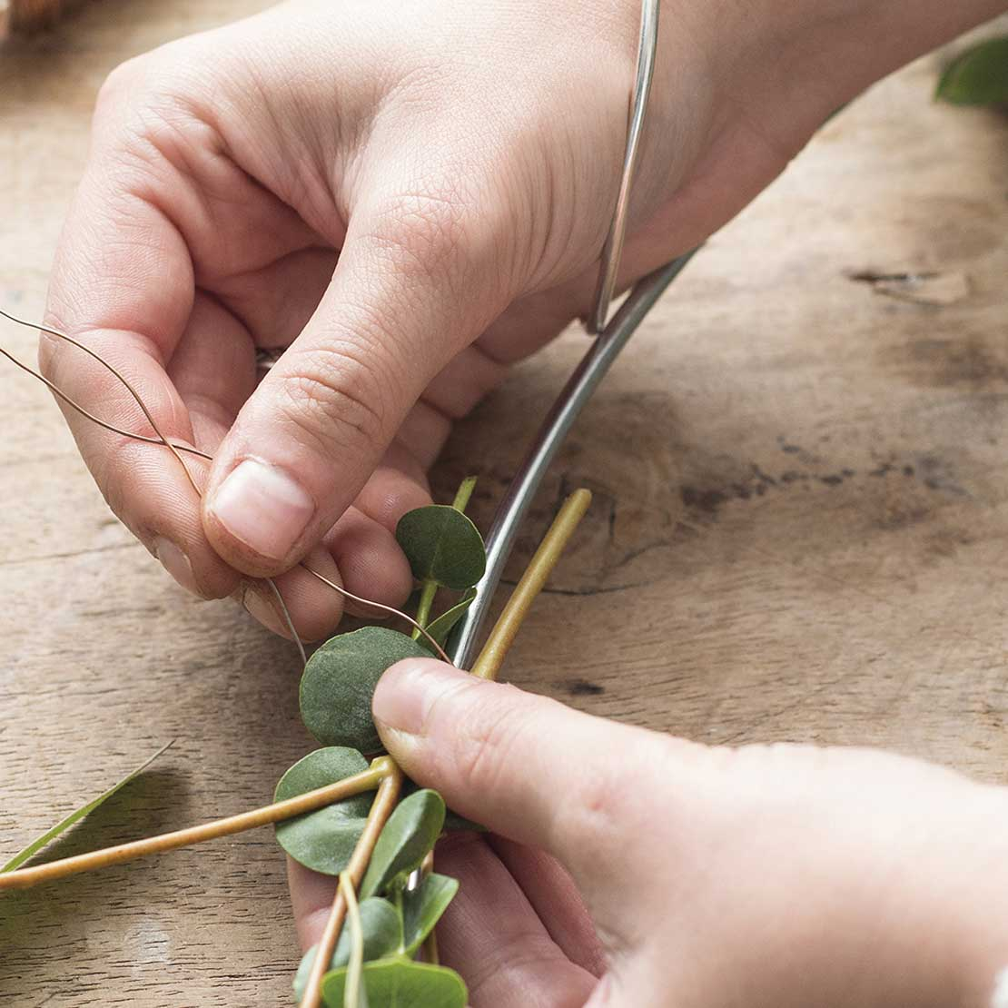 DIY Eucalyptus krans stap 4: Takken vastmaken