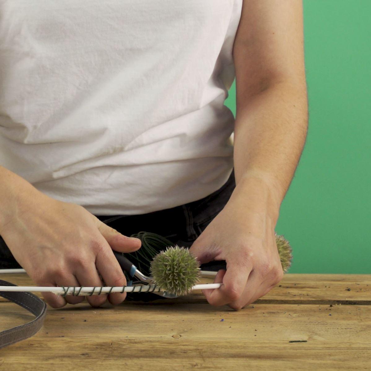 DIY Hortensiakrans stap 3: Distels bevestigen