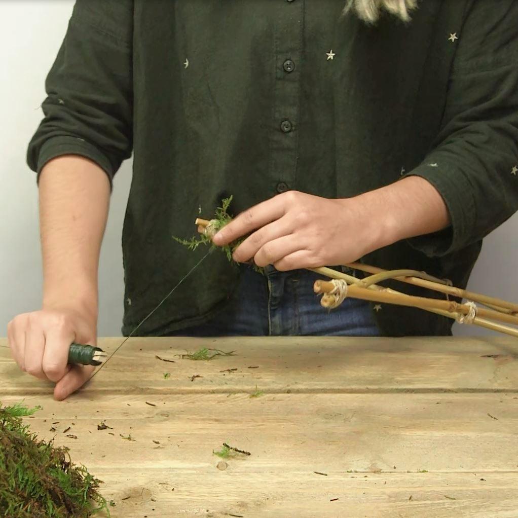DIY Kerstster met verlichting stap 4: mos bevestigen