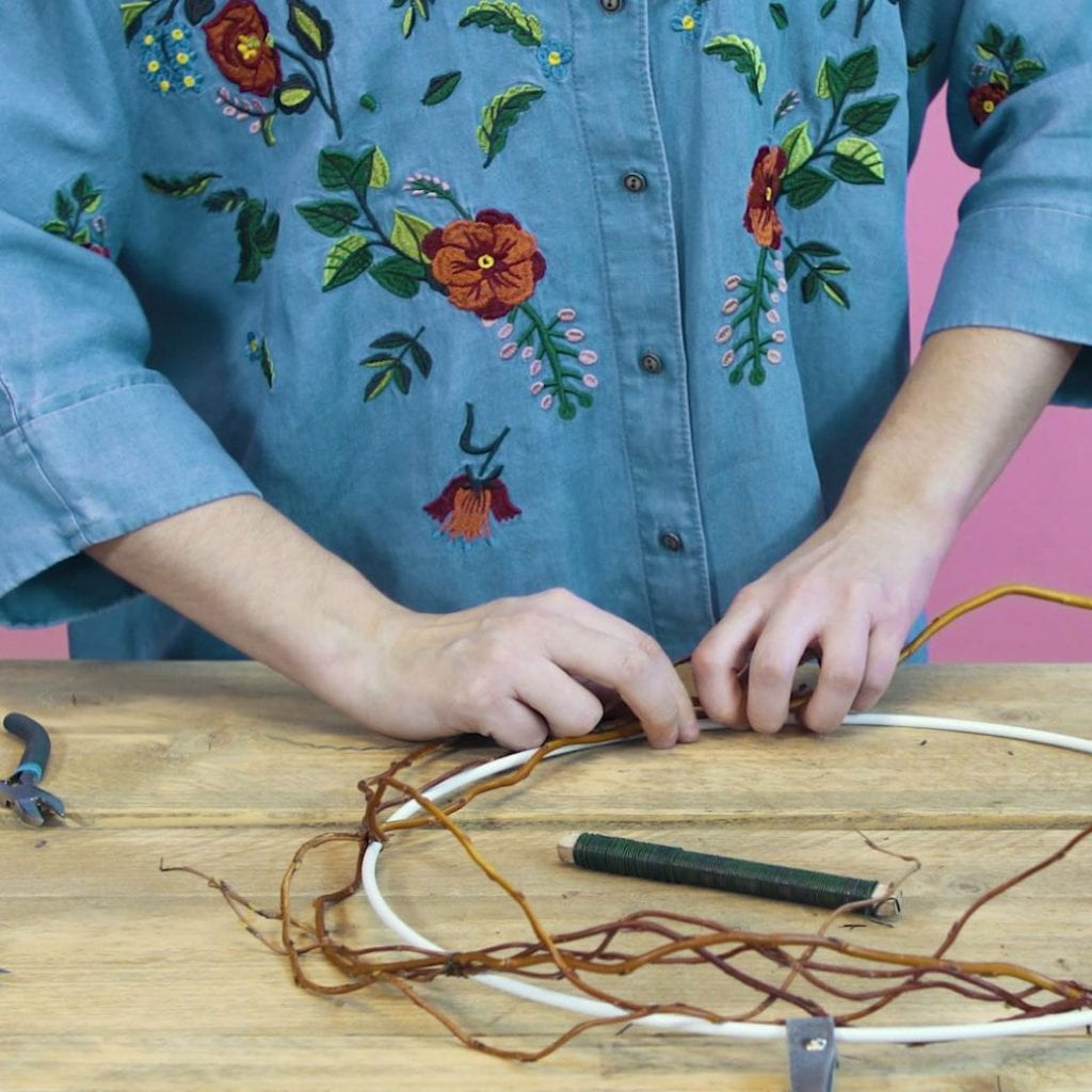 DIY paaskrans stap 1: WIkkel de salixtakken