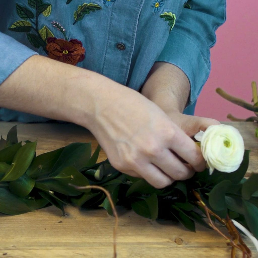 DIY paaskrans stap 4: Verwerk buisjes en bloemen