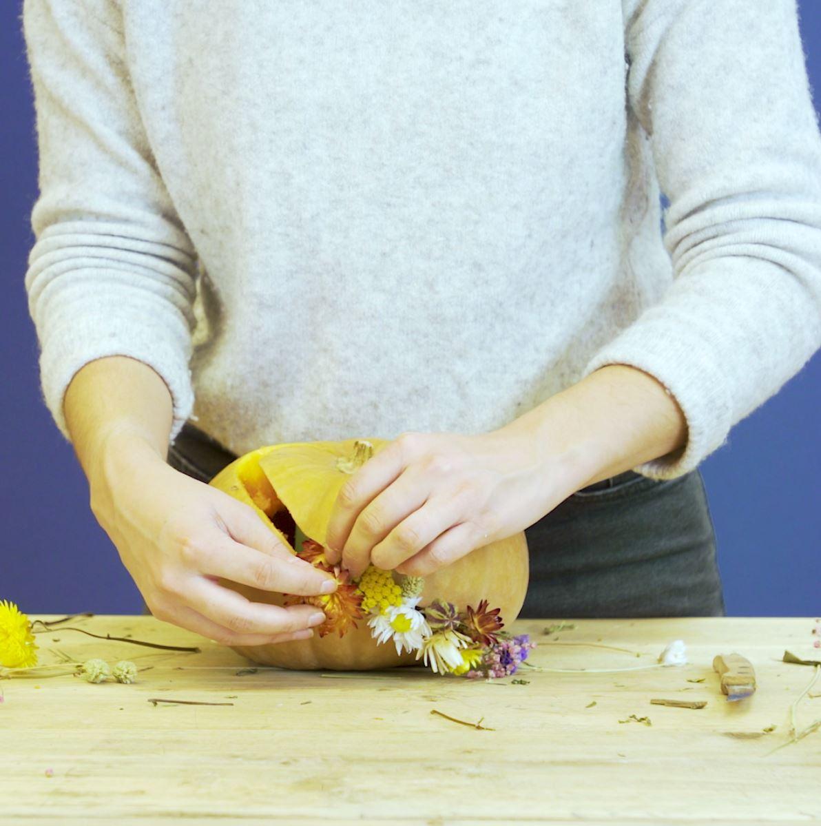 DIY pompoen versieren stap 4: Droogbloemen insteken