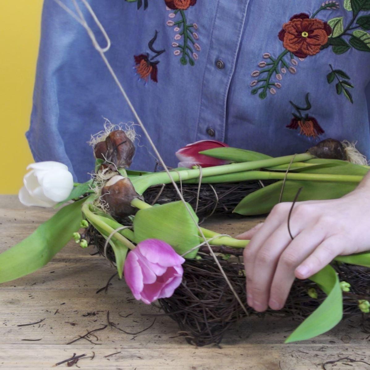 DIY Tulpenkrans stap 3: Tulpen bevestigen