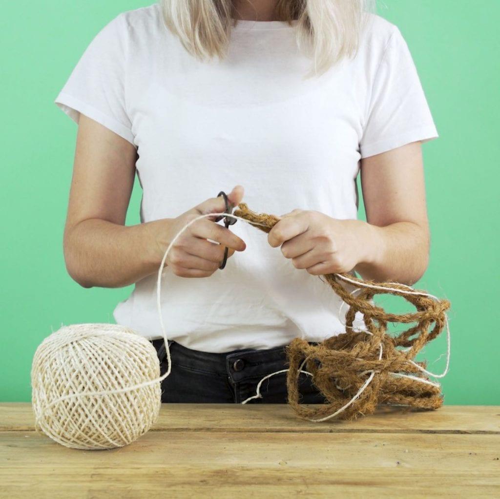 DIY kruidenhanger, stap 2: touw knippen