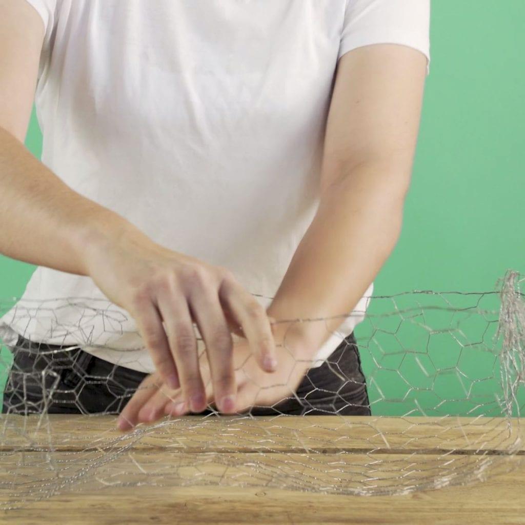 DIY Wilde veldtuin stap 2: Gaas in vorm maken