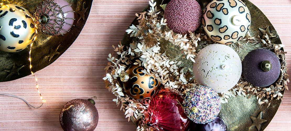 Kerstboom versieren kerstballen