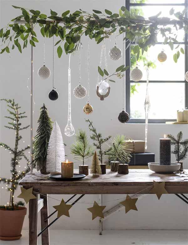 Kerstversiering boven de eettafel aan tafelklem
