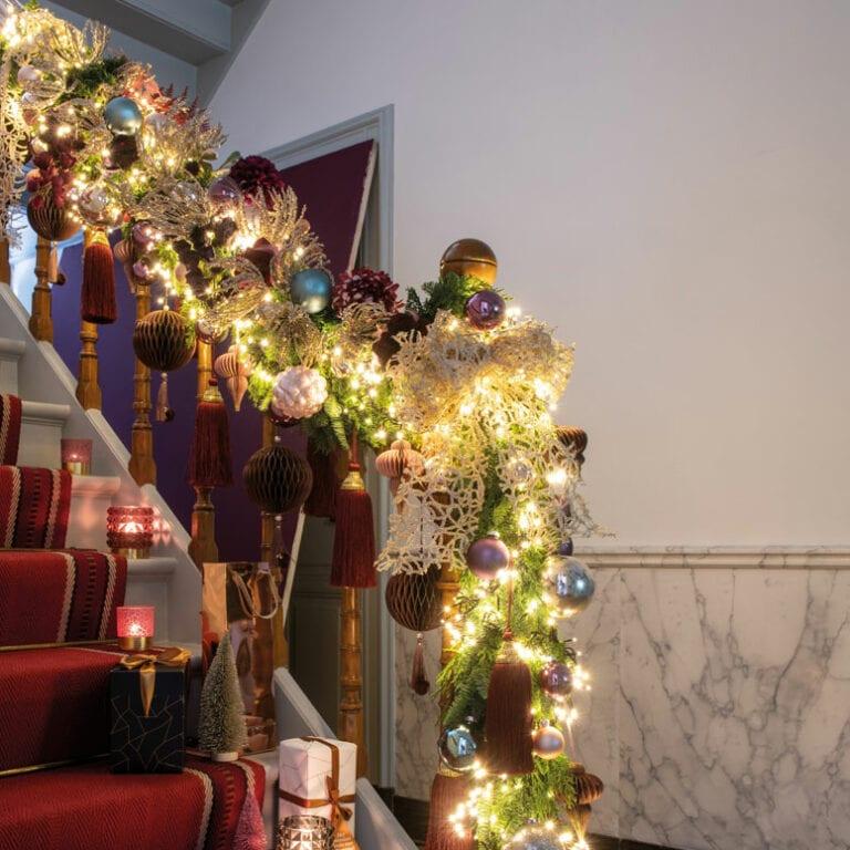 Kerst guirlande aan trapleuning