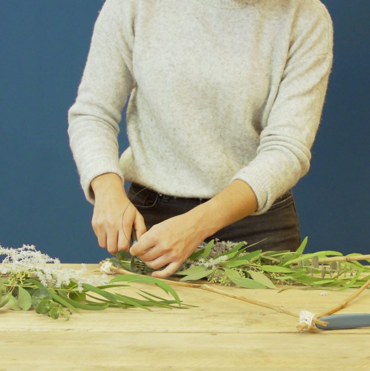 DIY Driehoek met eucalyptus takken. stap 3: Eucalyptus vastbinden